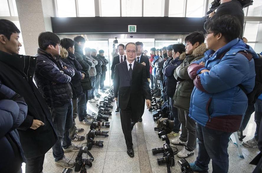 2016年,日本驻韩大使前去协定签署现场时,韩国记者放下相机抗议(新华社)