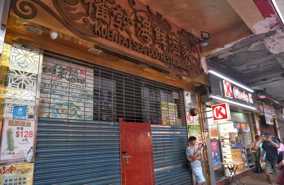 位于骆克道的权发海鲜酒楼八月停业关闭。新华社记者秦晴 摄
