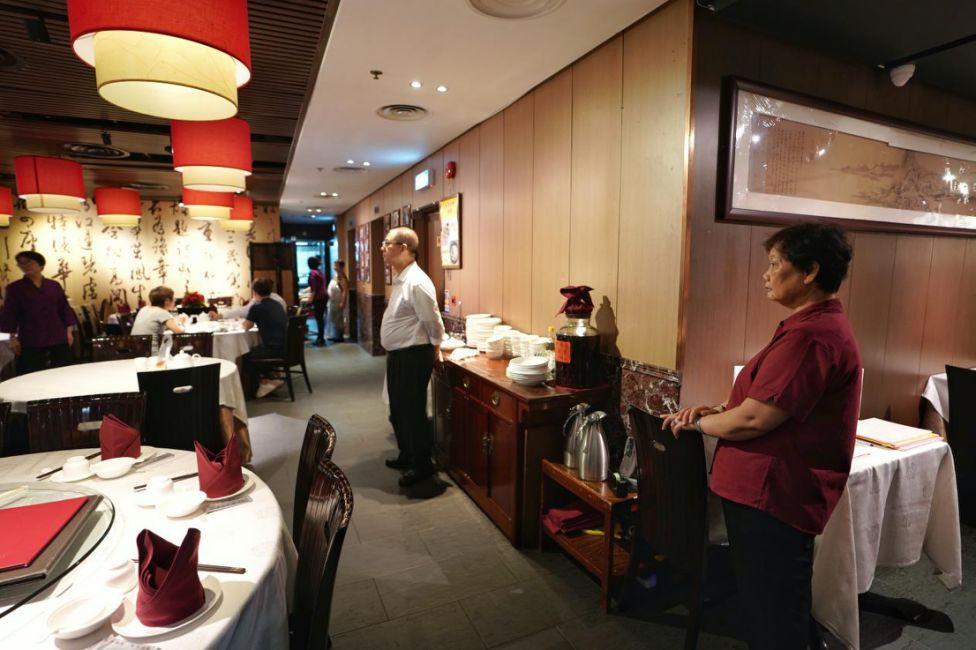 客人少了很多,杭州酒家的店员没有之前忙碌了,店员开始担心生计。新华社记者秦晴 摄