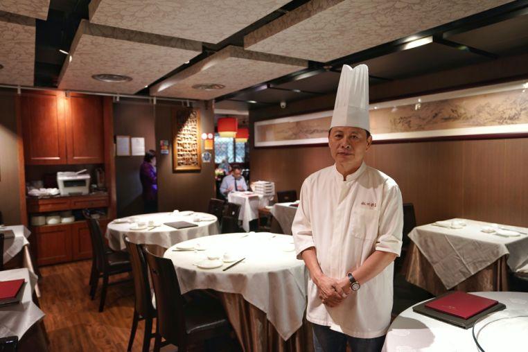 杭州酒家老板吴瑞康为现在开始亏钱而发愁。新华社记者秦晴摄
