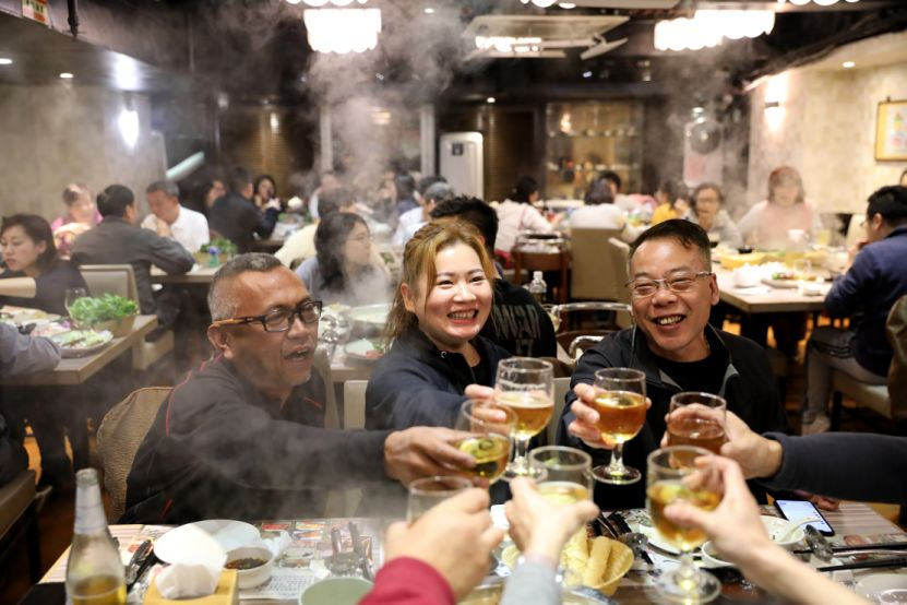 2019年上半年香港高流湾海鲜火锅店的火爆场景。新华社记者吴晓初 摄