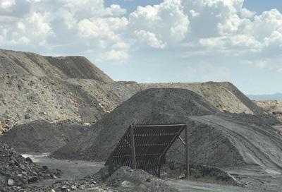 村民指认好泰公司作恶挖掘的矿堆。