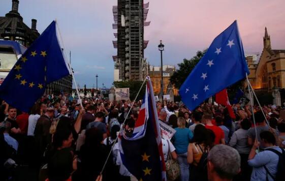 英国首相议会休会决定引众怒 超百万人签名反对
