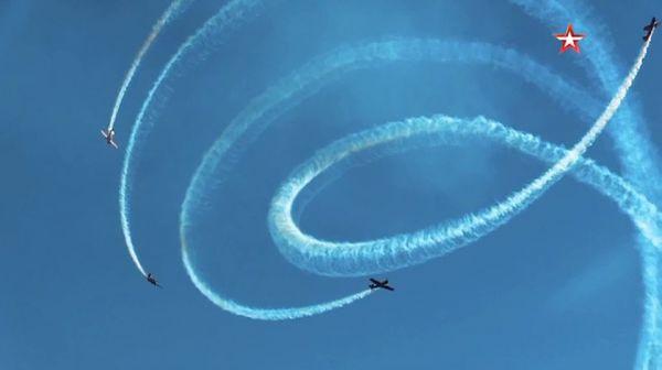 """俄飞行表演队在彩排过程中展示""""螺旋桨""""特技动作。(俄罗斯红星电视台网站)"""