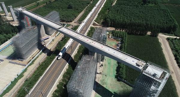 雄安新区首个跨既有铁路连续梁转体成功 - 路桥资讯-桥梁要闻、会展报告、路桥政策-土木资料网 -