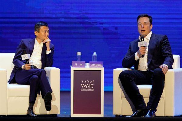 8月29日,上海,特斯拉公司CEO马斯克(右)和阿里巴巴集团执行董事长马云出席世界人工智能大会(WAIC)。(路透社)