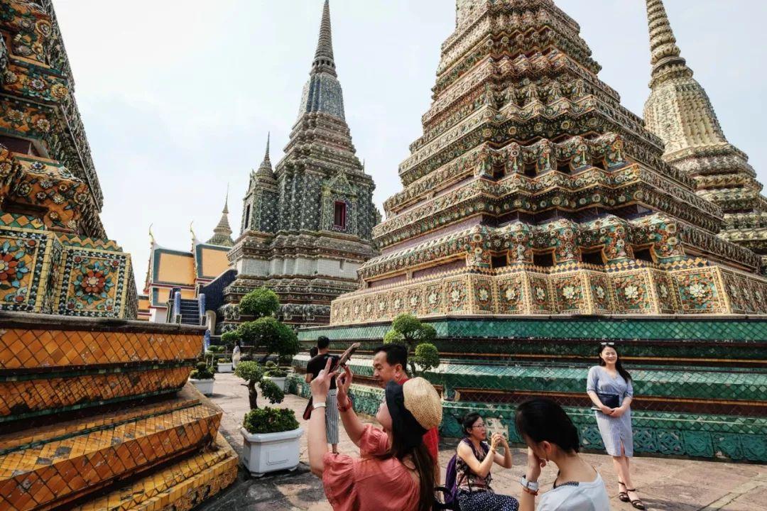 2017年1月29日,中国游客在泰国曼谷卧佛寺游览拍照。新华社发