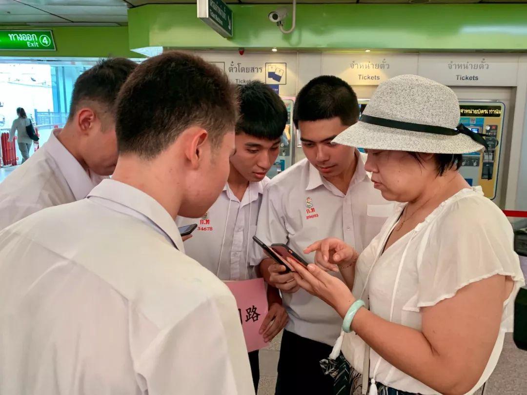 一名中国游客在向泰国学生问路。