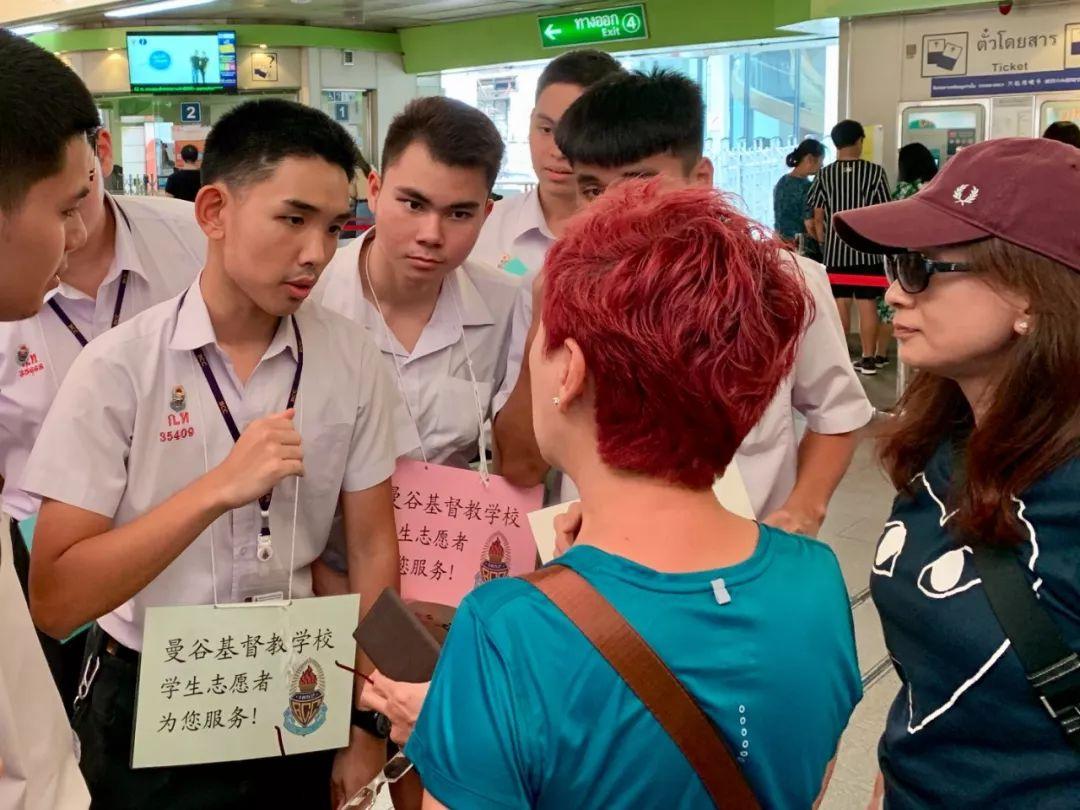 泰国学生在为中国游客提供帮助。