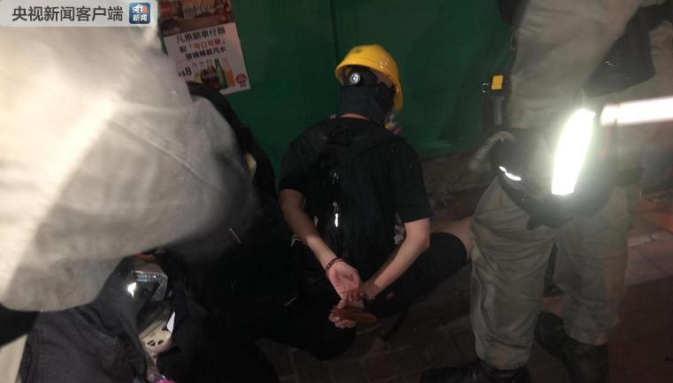 △警方在湾仔现场逮捕了几名激进示威者。