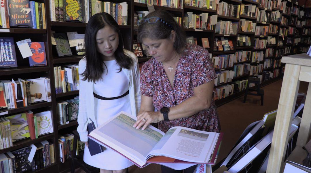 飞叶书店店主杰米·菲奥科在向记者介绍。