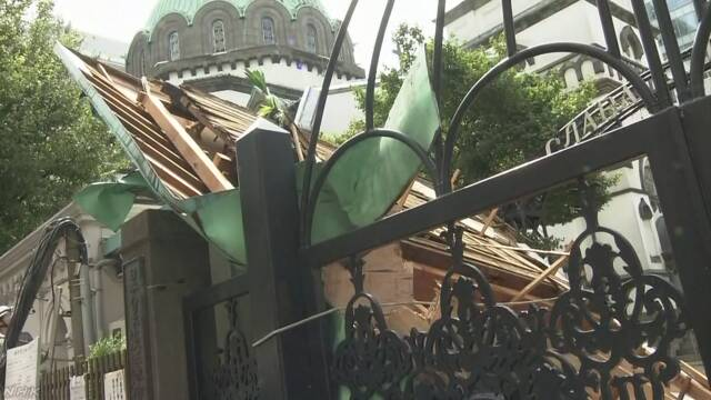 台风致日本2死61伤:近百万户停电 电线杆东倒西歪