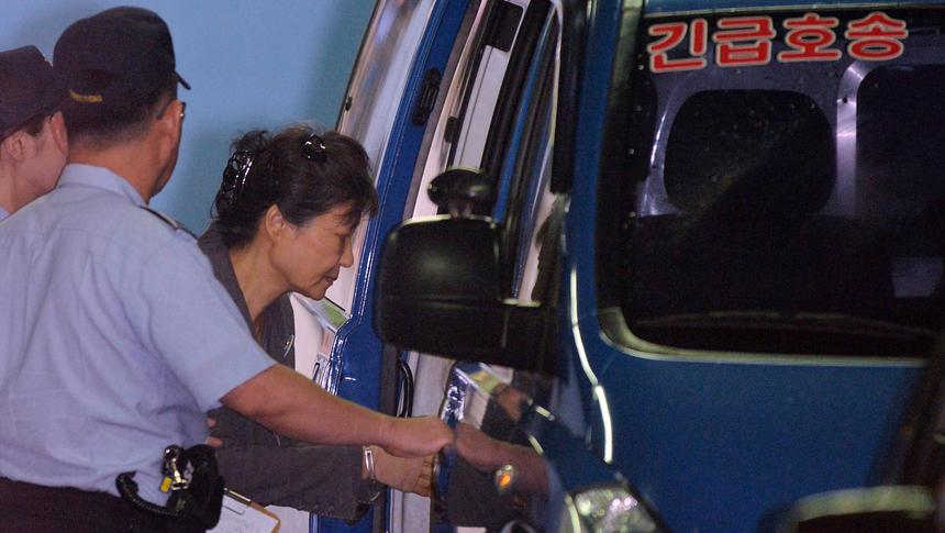 资料图:朴槿惠住院治疗后,乘车返回拘留所(纽西斯通讯社)