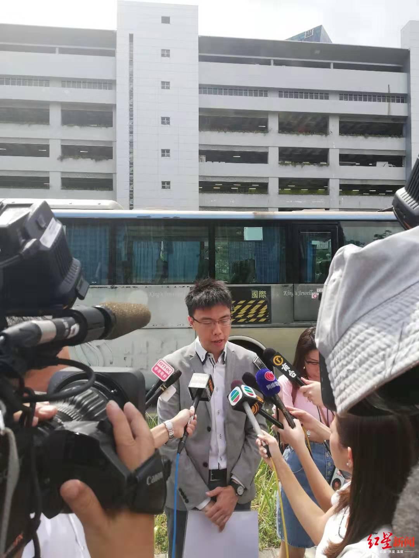 香港旅游促进会总干事崔定邦接受媒体采访