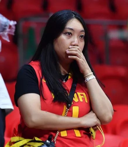 9月8日,中国队球迷赛后神情失落。新华社记者贺长山摄