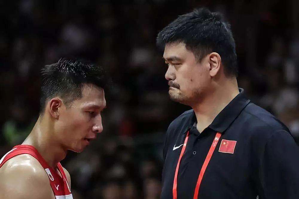 9月8日,中国队球员易建联(左)与中国篮球协会主席姚明在比赛中。新华社记者潘昱龙摄