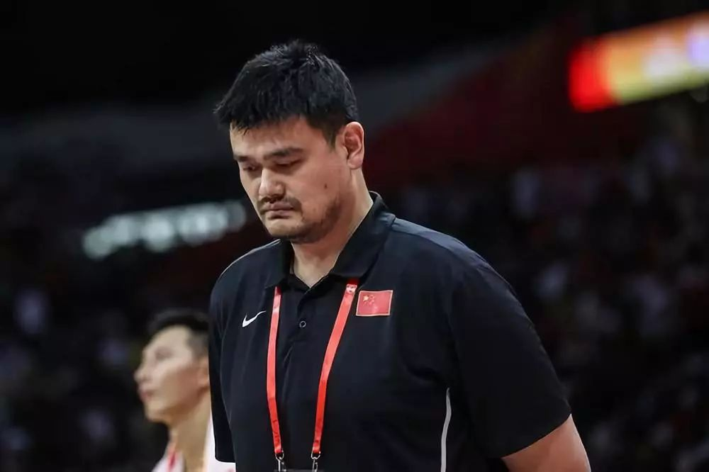 9月8日,中国篮球协会主席姚明在中场休息时退场。新华社记者潘昱龙摄