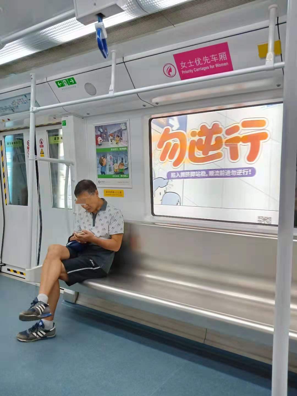 """""""女性优先车厢""""内的男乘客"""