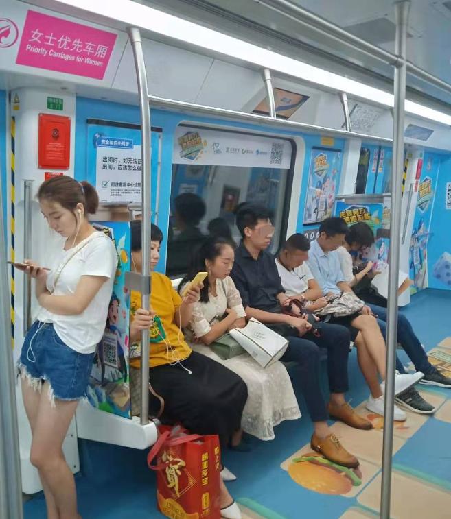 """""""女性优先车厢""""内的男乘客不少,和其它车厢无异。"""