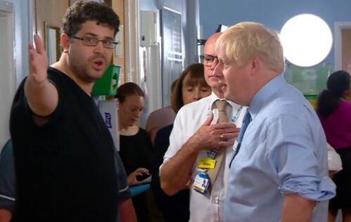 """英媒称,约翰逊被""""训斥""""了将近2分钟(图源:《每日镜报》)"""