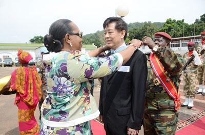 """2014年11月19日,中非过渡元首庞扎在总统府举行仪式,为驻中非大使孙海潮颁发国家级""""感谢""""勋章,这是中非为感谢外国人士而颁发的最高荣誉。"""