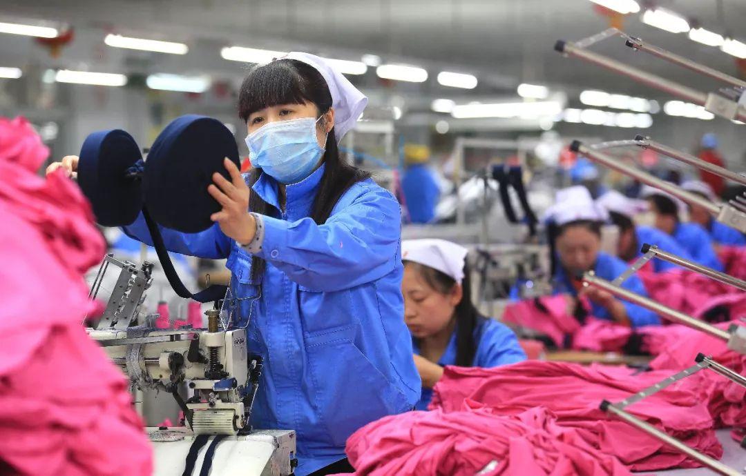 2015年2月25日,山东大型纺织企业即墨即发集团纺织工人在生产线上忙碌。(新华社记者梁孝鹏 摄)