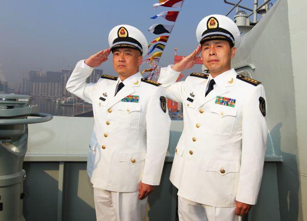 中国第一艘航空母舰辽宁舰舰长张峥(左),政治委员梅文(右)。(新华社)