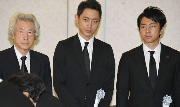 小泉父子三人,前首相小泉纯一郎(左),知名演员小泉孝太郎(中),环境大臣小泉进次郎(右)(资料图)