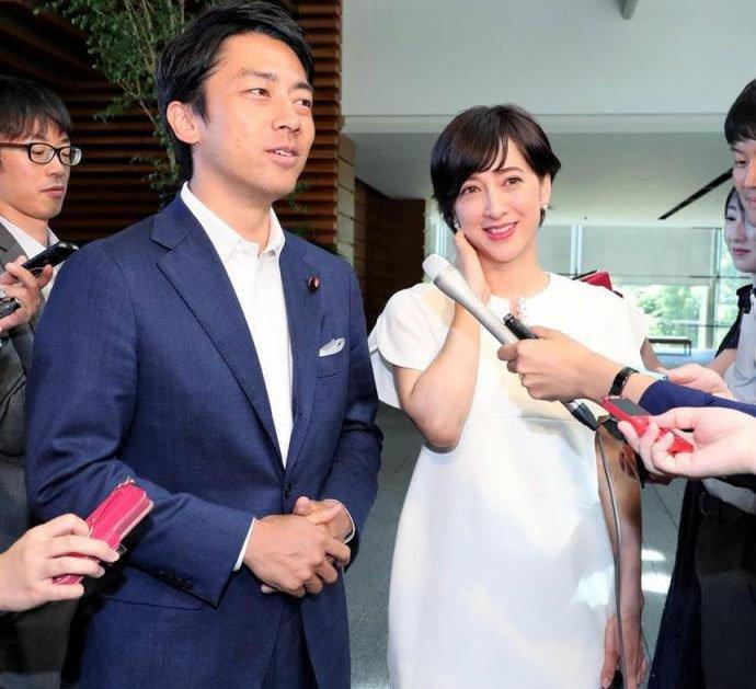 小泉和混血女主播泷川克里斯蒂的婚讯是在日本首相官邸发表的(资料图)