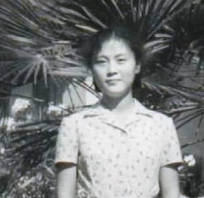 何大明在阿尔巴尼亚留学时,在中国驻地拉那大使馆前留念。受访者供图