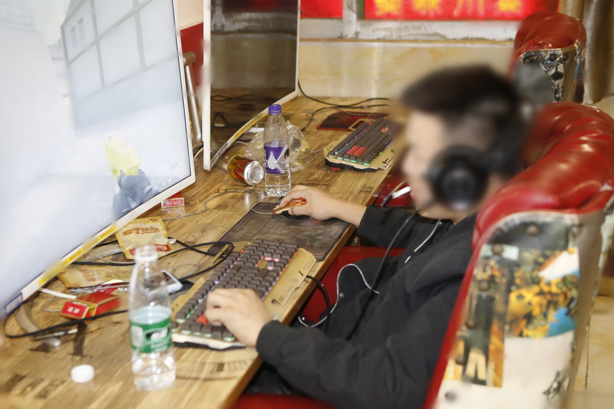 12月9日在网吧进行监测试点即有人被罚款。深圳控烟办供图