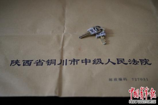 陈金河拿到的领取儿子骨灰的钥匙。