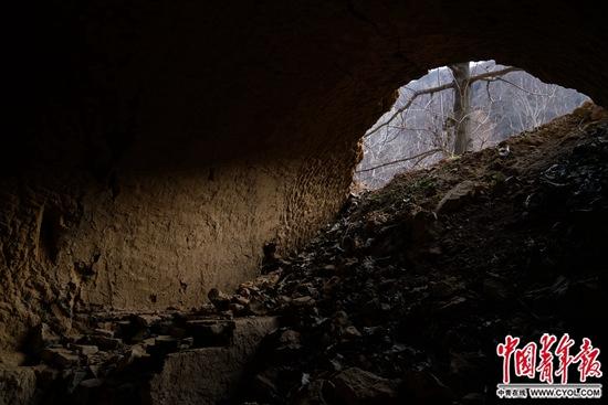 狼沟内郭云燕遇害的废弃窑洞。