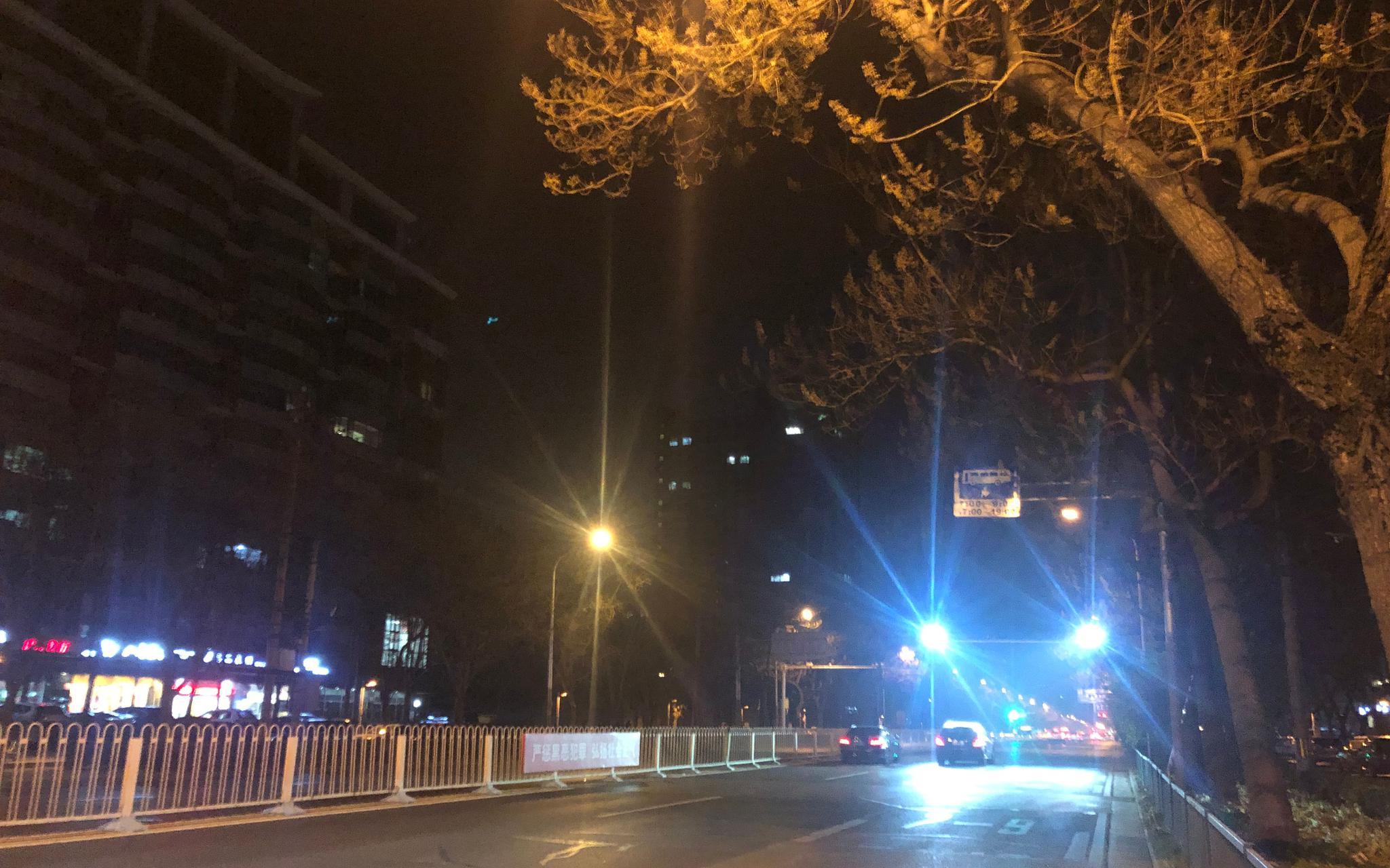 劲松桥东公交车站附近的监控补光灯,有车辆经过时会突然爆闪。摄影/新京报记者罗晓静