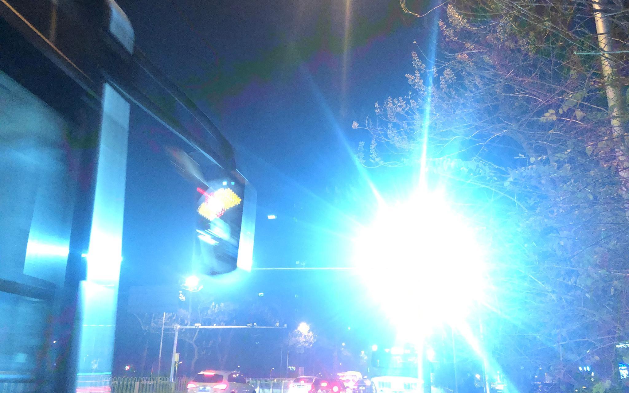爆闪的灯光直接照射进公交车内。