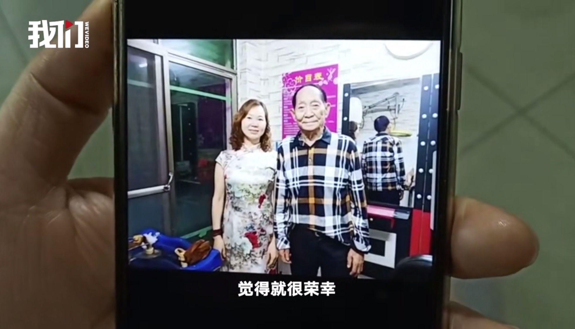 曹小萍与袁隆平合照。 新京报我们视频截图