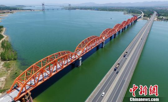 资料图:京张铁路官厅水库特大桥。图为已经完工的大桥主体工程。 孙慧军 摄