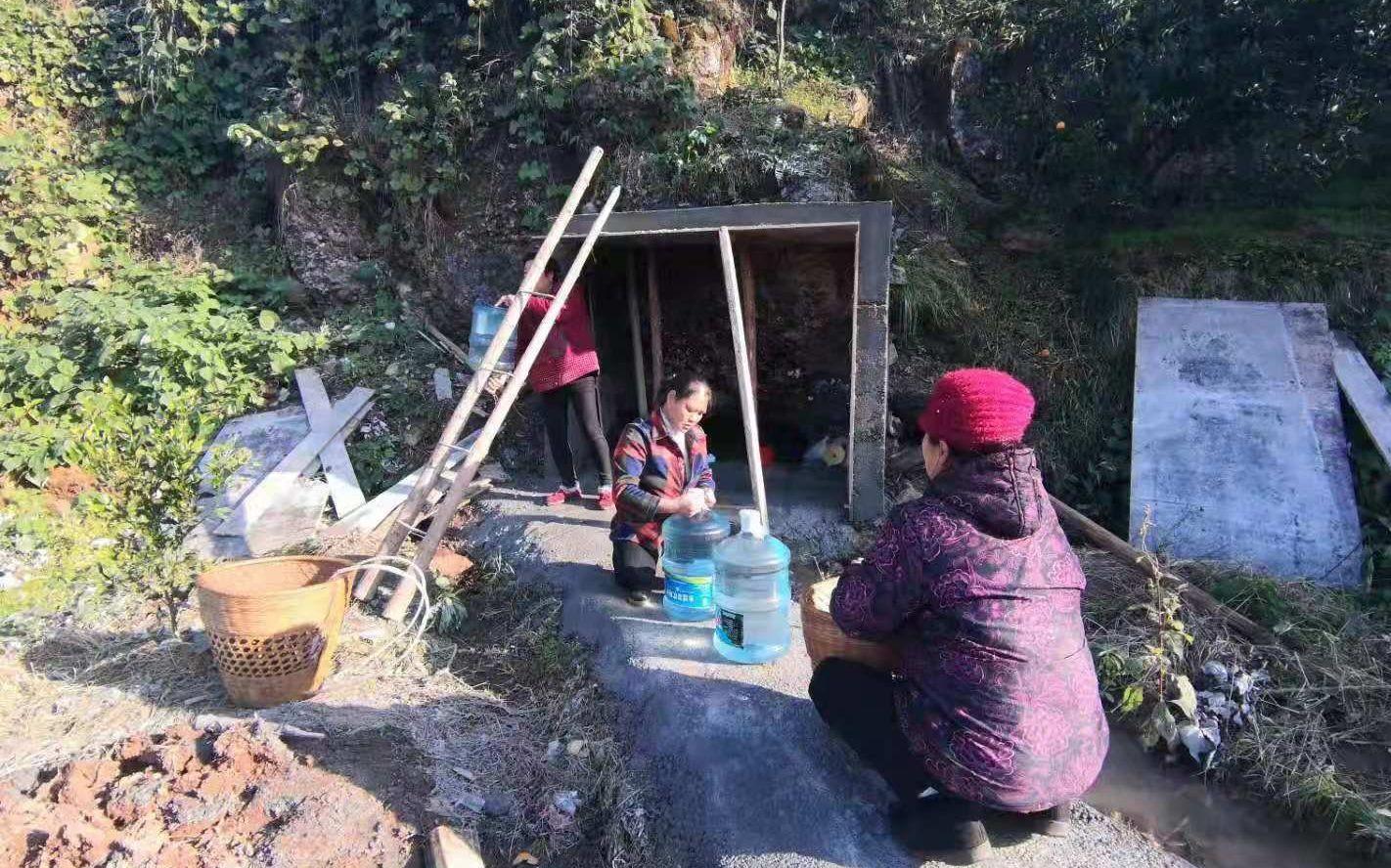 村民上山背水喝。受访者供图