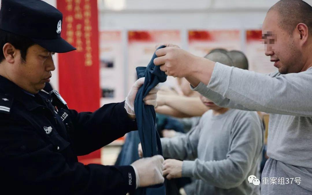 ▲民警把犯人所穿的衣服鞋袜,包括可能藏有细小物品的耳朵、嘴巴,都挨个检查一遍,防止有夹带违禁物品。新京报记者 郑新洽 摄