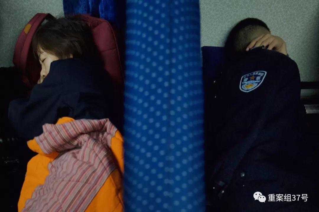 ▲值班民警轮流休息。新京报记者 郑新洽 摄