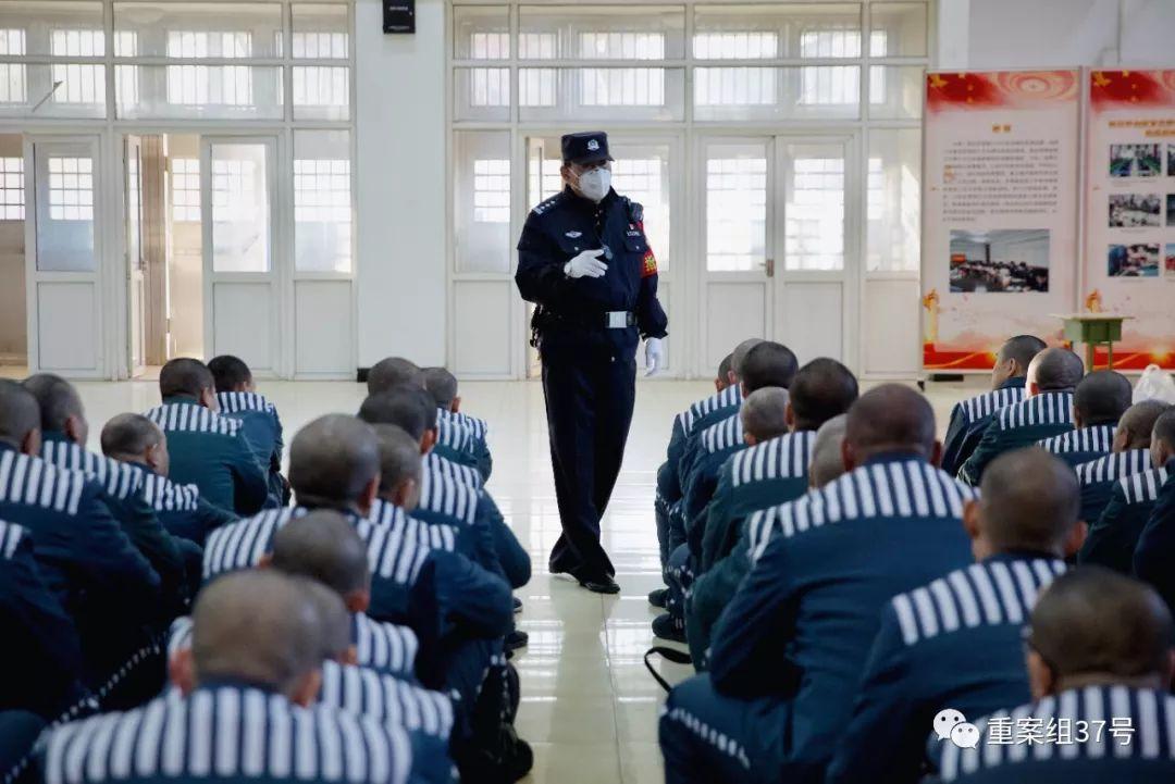 ▲天河监狱,几十名同籍服刑人员从各个监区被带入集中大厅等待清身。新京报记者 郑新洽 摄