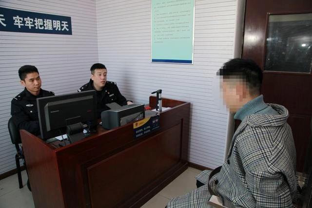 涉案人员在接受警方讯问。警方供图