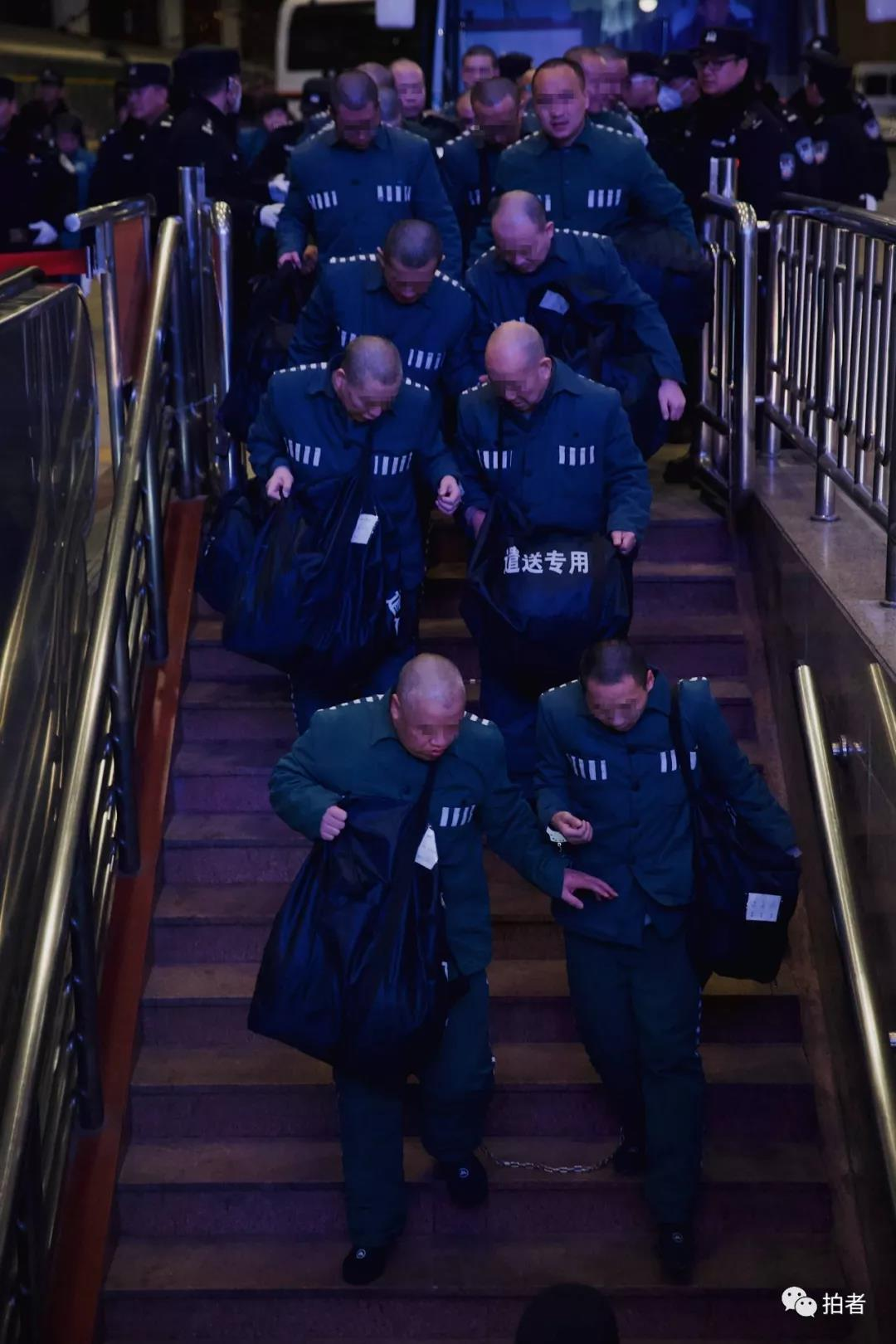 △12月4日,北京西站,服刑人员下车后步行进入站台。