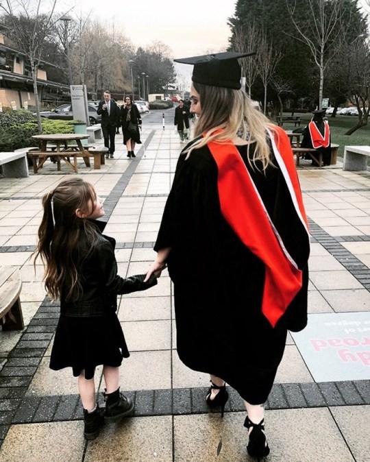 瑞秋牵着女儿参加毕业典礼(脸书)