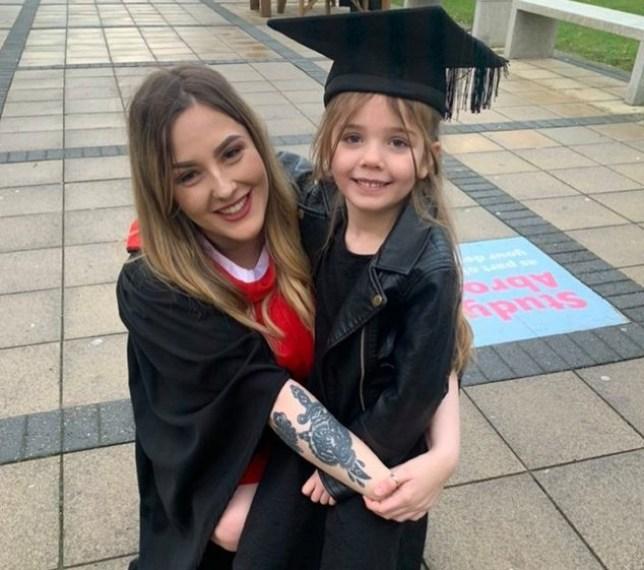 21岁的瑞秋和6岁女儿参加大学毕业典礼(脸书)