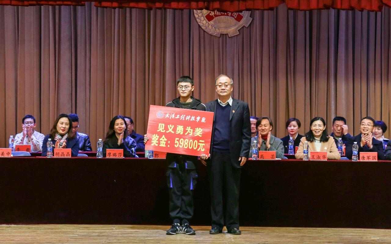 王毅:中国实现自身发展同时也为世界发展作贡献