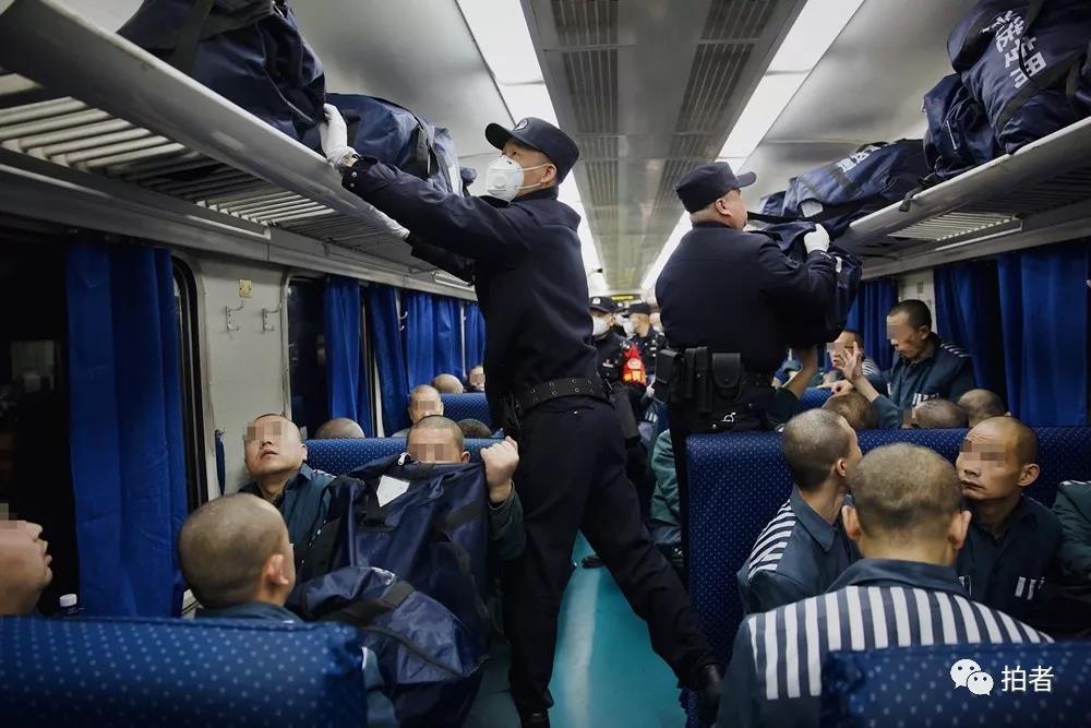 △12月5日,民警为服刑人员取行李。