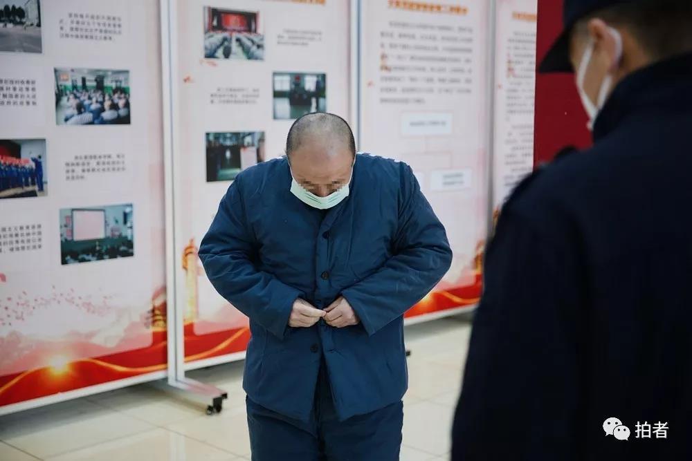 △12月4日,天河监狱,清身完毕,服刑人员在民警的注视下重新穿好衣物。