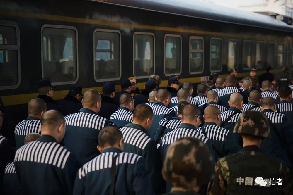 △12月5日早上7点40分,列车到达终点站。当地监狱和武警、铁路公安早已在车站警戒等候,他们要在乘客下车之前,完成交接。