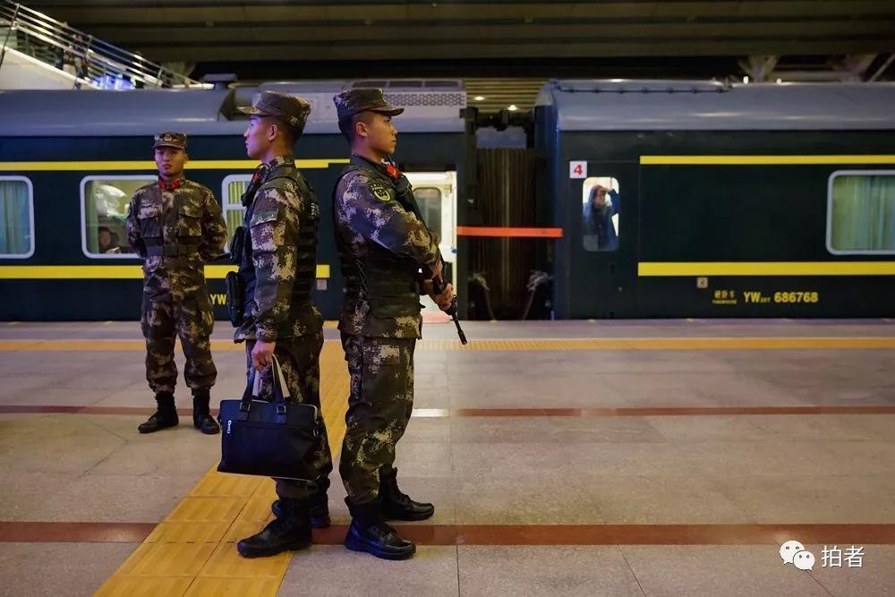 △12月4日,北京西站,负责配合的各方警务人员早已在车厢内外部署好警戒。